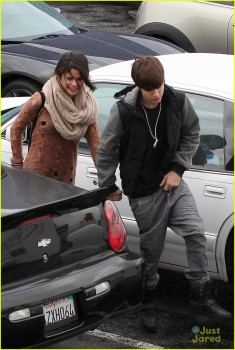 47bbb9175345001 Selena Gomez is Cute Going To IHOP Encino 2/15/12 MQ Tag