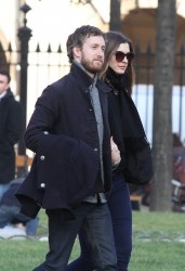 Энн Хэтэуэй, фото 5966. Anne Hathaway strolling in Paris, february 29, foto 5966