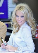 Памела Андерсон, фото 4978. Pamela Anderson signs autographs at Lugner City in Vienna, Austria, March 5, foto 4978